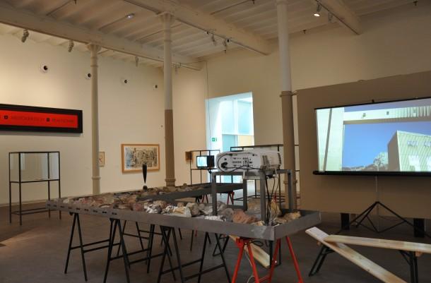 Vista general de la exposición. En primer plano: instalación 'Tono de escape', de Usue Arrieta y Vicente Vázquez, 2012-2013. FOTOGRAFÍA: NÚRIA SOLÉ BARDALET.